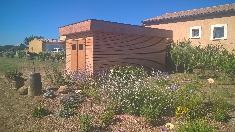 Abri de jardin toiture végétalisée bardage à clair voie